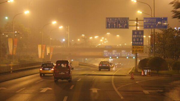 La densa niebla sobre el Pekín nocturno (archivo) - Sputnik Mundo