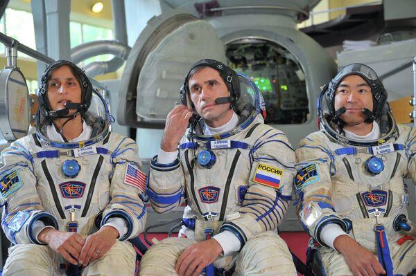 La tripulación titular estará integrada por los astronautas Yuri Malenchenko (Rusia), Sanita Williams (EEUU) y Akihiko Hoshide (Japón) - Sputnik Mundo