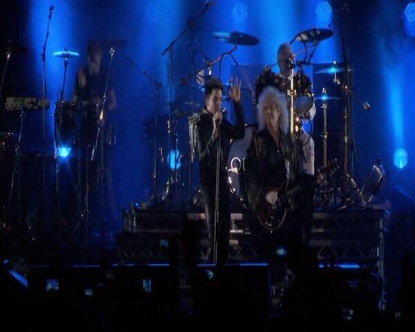 El nuevo vocalista de Queen interpretó viejos éxitos del grupo en Moscú  - Sputnik Mundo