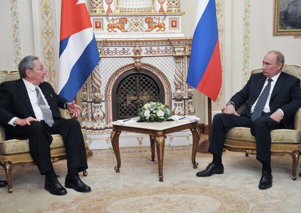 Vladímir Putin se reúne con Raúl Castro en las afueras de Moscú - Sputnik Mundo