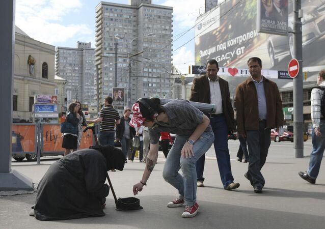 Anciana pide limosna en la calle Arbat en Moscú