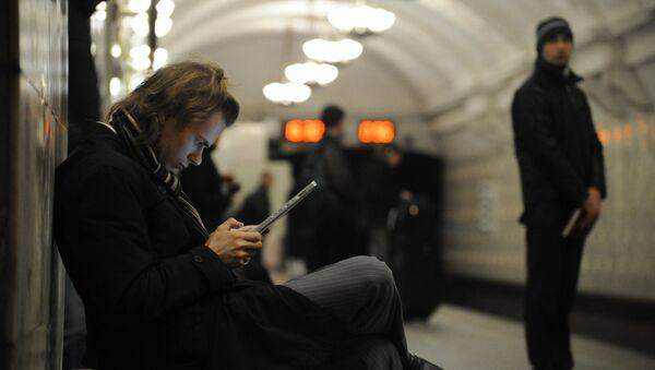 Un joven conectado en el metro en Moscú - Sputnik Mundo