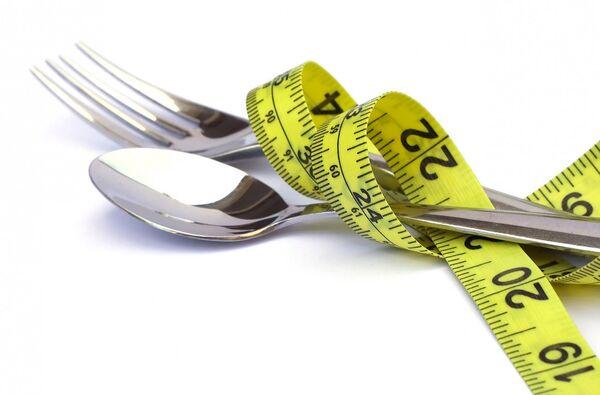 Las mujeres gastan en dietas 17 años de vida - Sputnik Mundo