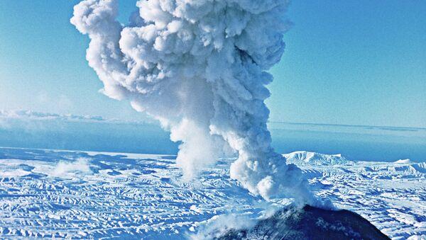 Un volcán lanza cenizas - Sputnik Mundo