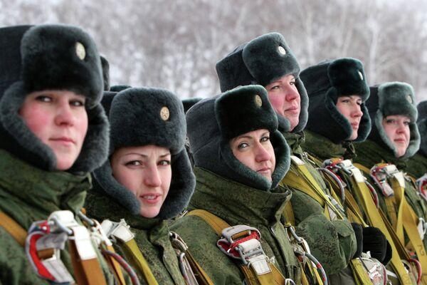 Las mujeres pasan un curso de supervivencia en las tropas paracaidistas  - Sputnik Mundo