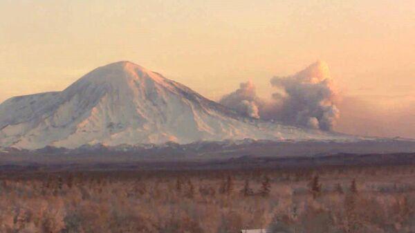 El volcán Tolbachik se despierta en Kamchatka tras décadas de inactividad - Sputnik Mundo