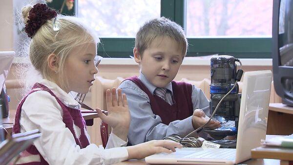 Alumnos y profesores discuten la digitalización de los colegios de Moscú - Sputnik Mundo