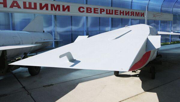 Una maqueta de un misil hipersónico presentado al vice primer ministro ruso Dmitri Rogozin en 2012 (archivo) - Sputnik Mundo