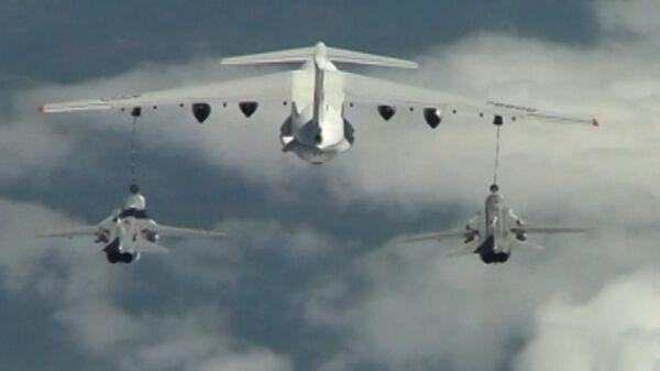 El Il-78 reabastece de combustible en pleno vuelo al caza Su-34  - Sputnik Mundo