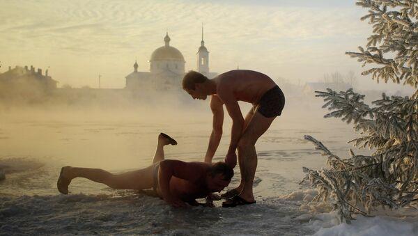 Hombres rusos durante un baño en la sauna rusa - Sputnik Mundo