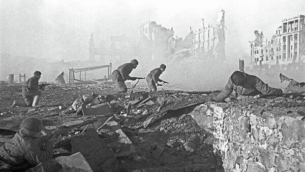 Soldados soviéticos al ataque - Sputnik Mundo