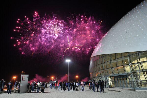 Sochi celebra con fuegos artificiales el inicio de la cuenta regresiva para los JJOO de 2014 - Sputnik Mundo