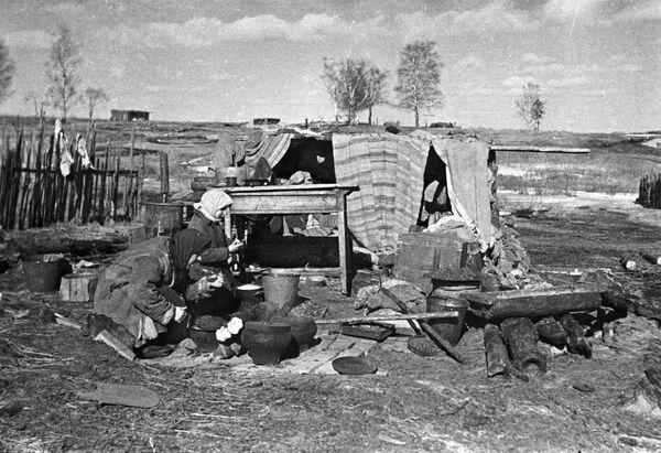 Mujeres bielorrusas después de la liberación de su tierra de la ocupación nazi. - Sputnik Mundo