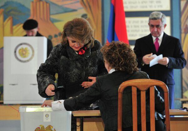 Sargsyan revalida la presidencia de Armenia con el 58% según sondeos a pie de urna - Sputnik Mundo