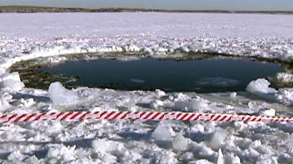 Especialistas examinan el lago Chebarkul en búsqueda de meteorito - Sputnik Mundo