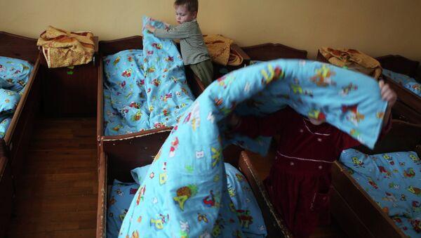 Moscú cree innecesario prohibir la adopción de niños rusos a todos los extranjeros - Sputnik Mundo