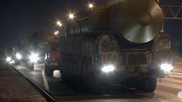 Lanzaderas de misiles Topol-M pasan de noche cerca de Moscú - Sputnik Mundo