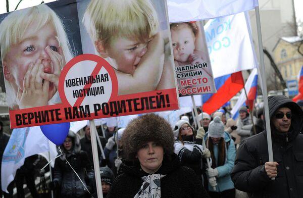 El 64% de los rusos se pronuncian por prohibir la adopción de niños por extranjeros - Sputnik Mundo