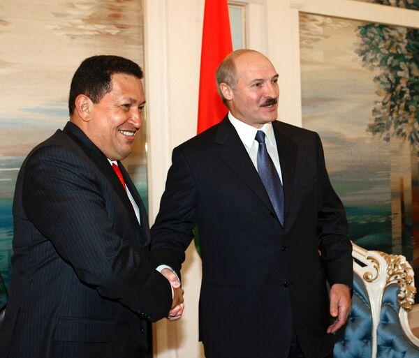 Alexandr Lukashenko y Hugo Chávez mantenían una relación personal especial, que se traducía en una intensa cooperación política y económica entre sus países. - Sputnik Mundo
