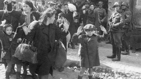 Прятавшиеся в подвалах домов Варшавского гетто женщины и дети выходят с поднятыми руками - Sputnik Mundo