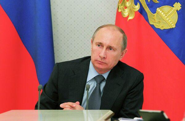 Vladímir Putin durante una reunión celebrada en su residencia de Bocharov ruchei, y dedicada a los problemas de la economía - Sputnik Mundo