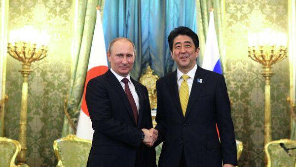 El presidente de Rusia, Vladímir Putin, con el primer ministro de Japón, Shinzo Abe - Sputnik Mundo