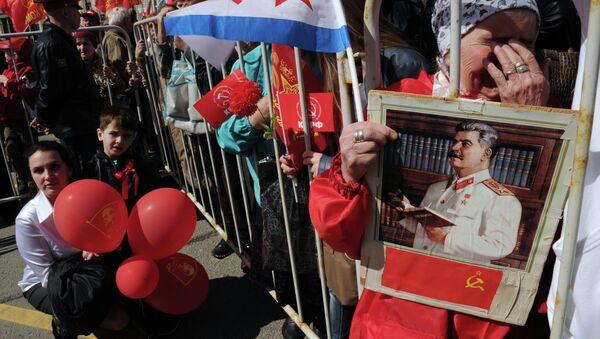 Partidaria del Partido Comunista rusa con el rescate de Iósif Stalin en Moscú - Sputnik Mundo