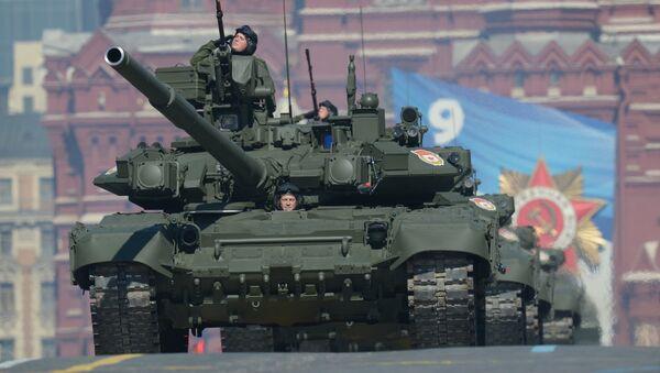 Танки Т-90 проходят по Красной площади во время генеральной репетиции парада Победы - Sputnik Mundo