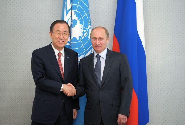 Secretario general de la ONU, Ban Ki-moon, con presidente de Rusia, Vladímir Putin - Sputnik Mundo