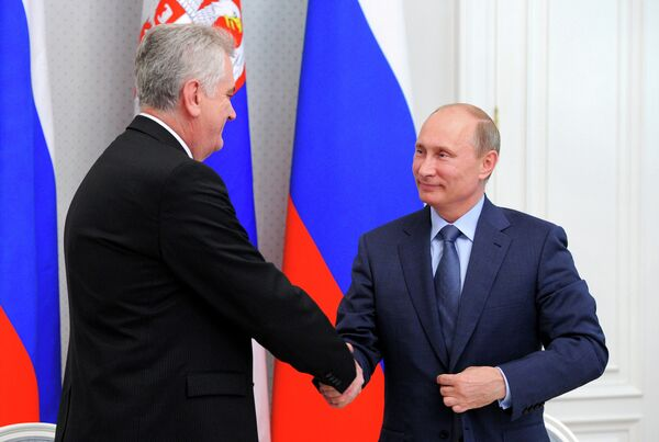 Presidente de Rusia, Vladímir Putin y el presidente serbio Tomislav Nikolic - Sputnik Mundo