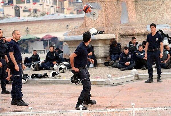 Policías turcos juegan al fútbol en la plaza Taksim tras una noche de disturbios - Sputnik Mundo