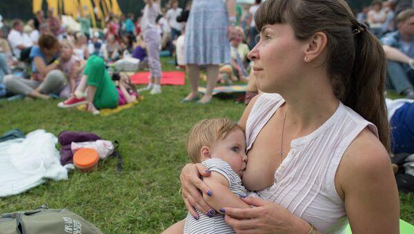 Lactancia materna garantiza carrera de éxito, según científicos británicos - Sputnik Mundo