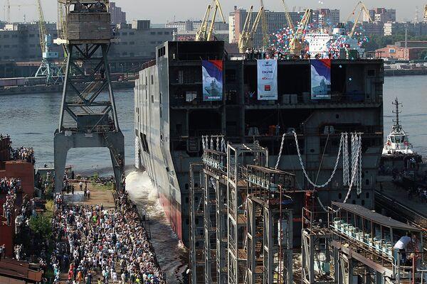 Astillero de San Petersburgo bota parte de portahelicópteros Mistral para la Armada rusa - Sputnik Mundo