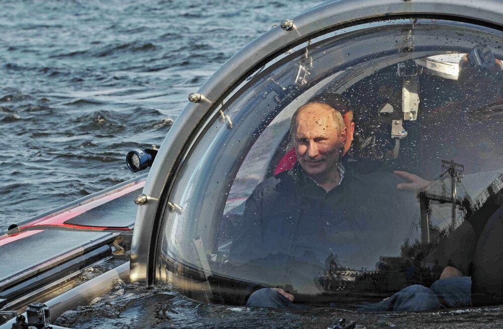 Putin se sumerge en el mar a bordo de un batiscafo