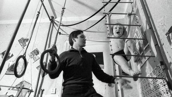 Отец занимается спортом с маленьким сыном - Sputnik Mundo