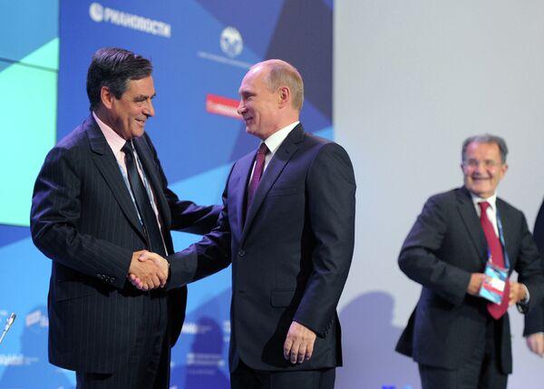 François Fillon (a la izquierda) y Vladímir Putin en el marco del Club de Debates Valdái - Sputnik Mundo