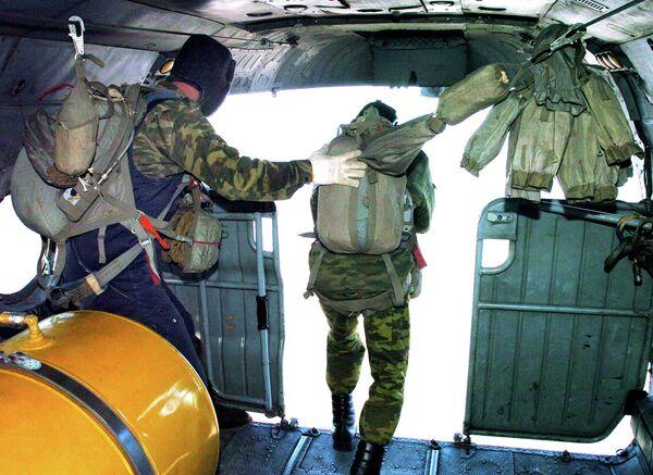 Paracaidistas rusos realizarán 26.000 saltos durante ejercicios militares en octubre - Sputnik Mundo