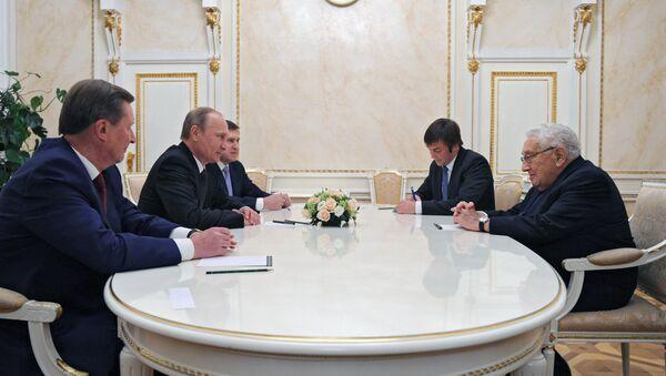 Presidente de Rusia, Vladímir Putin y ex secretario de Estado de EEUU, Henry Kissinger durante una reunión en 2013 - Sputnik Mundo