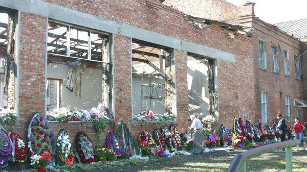El lugar del atentado terrorista en la escuela Nº 1 de Beslán, en Osetia del Norte. - Sputnik Mundo