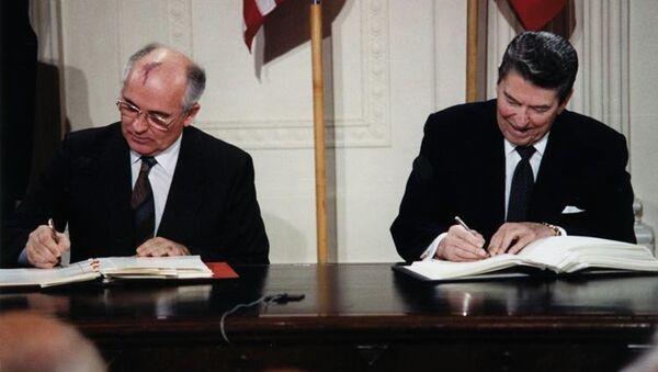 Михаил Горбачев и Рональд Рейган подписывают Договор о ликвидации ракет средней и малой дальности 1987 - Sputnik Mundo