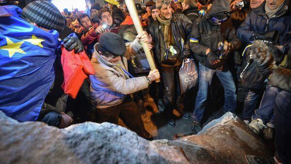 Grupo de radicales derriba el monumento a Lenin en el centro de Kiev - Sputnik Mundo