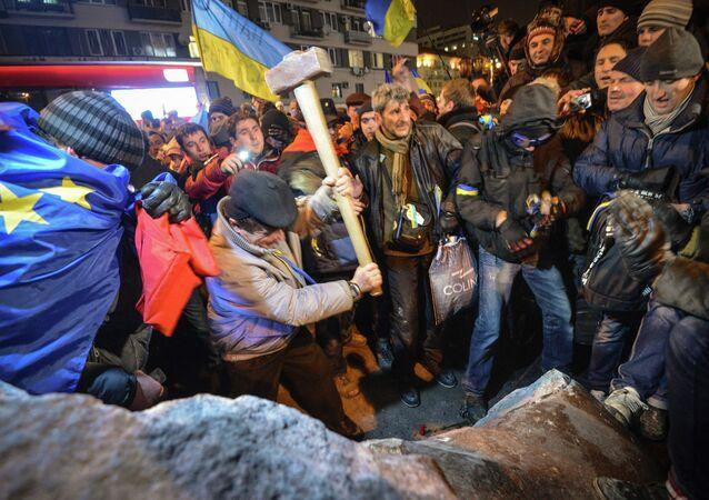Grupo de radicales derriba el monumento a Lenin en el centro de Kiev