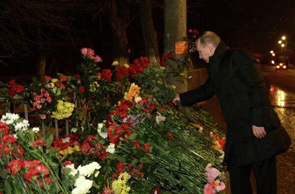 El presidente de Rusia, Vladímir Putin, deposita rosas en el lugar del atentado en Volgogrado - Sputnik Mundo