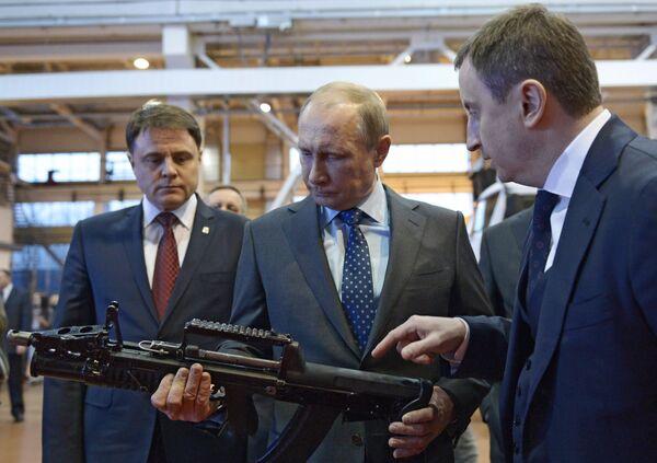 Vladímir Putin en una planta militar de la ciudad de Tula - Sputnik Mundo