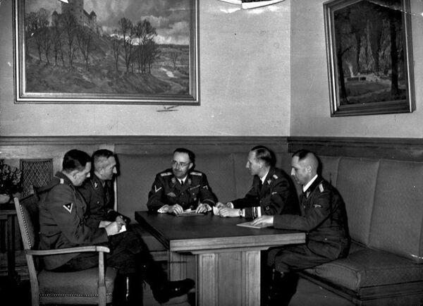 De izquierda a derecha: Franz Josef Huber, Arthur Nebe, Himmler, Heydrich y Heinrich Müller (foto de 1939) - Sputnik Mundo