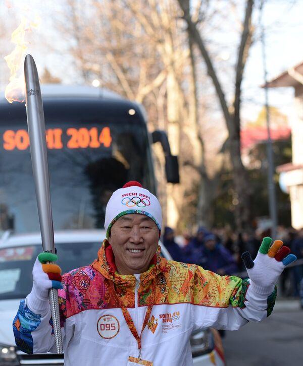 Ban Ki-moon y otras personalidades recorren Sochi con la antorcha olímpica - Sputnik Mundo