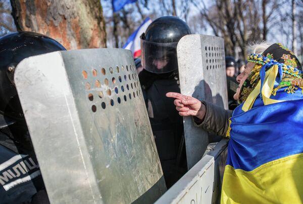 La UE promete a Ucrania ayuda en negociaciones con el FMI a cambio de reformas - Sputnik Mundo
