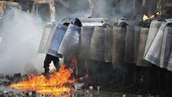 Ataques con cócteles Molotov contra la policía antidisturbios ucraniana Berkut durante los enfrentamientos en el Maidán (archivo, febrero 2014) - Sputnik Mundo