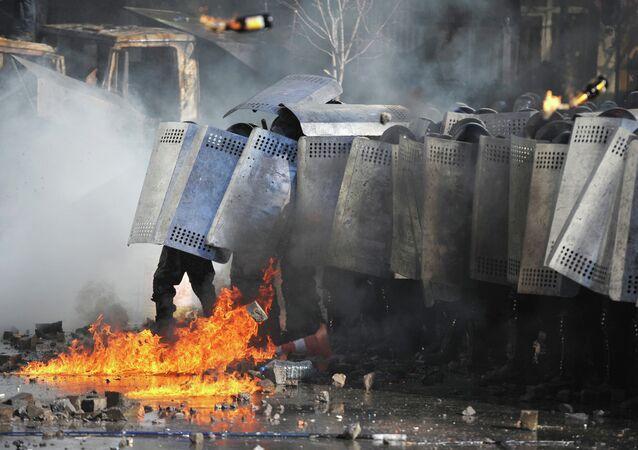 Ataques con cócteles Molotov contra la policía antidisturbios ucraniana Berkut durante los enfrentamientos en el Maidán (archivo, febrero 2014)