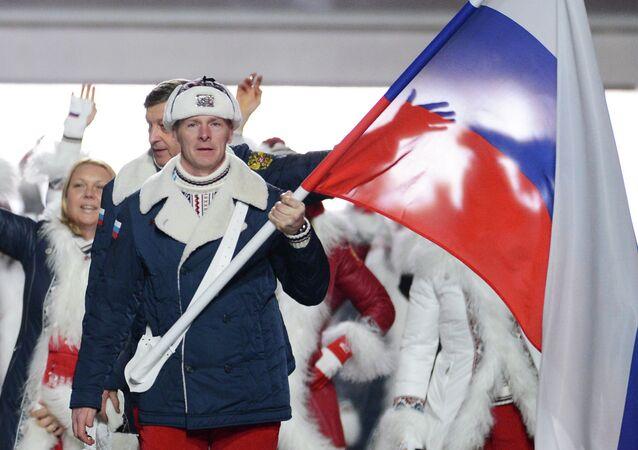 El equipo olímpico de Rusia con la bandera nacional del país (archivo)